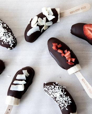 Foodlab: Teimme rantavalmiita suklaa-banaani-jäätelöpuikkoja